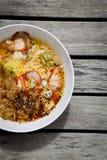 Fond de conception de nourriture de plan rapproché de soupe de nouilles épicée d'oeufs avec du porc Images libres de droits