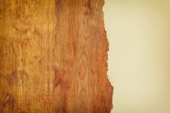 fond de conseil en bois avec le papier déchiré Photos stock
