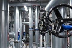 Fond de construction abstrait avec les tuyaux noirs de valve et en métal photos libres de droits