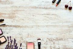 Fond de cosmétiques de femmes au-dessus de table en bois rustique Photos stock