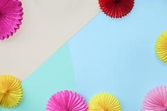 Fond de couleur avec le papier différent de cercle de la carte de voeux d'anniversaire d'origami ou de partie avec l'espace de c photographie stock