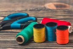 Fond de couture avec des fils et des ciseaux de couleur Photo stock