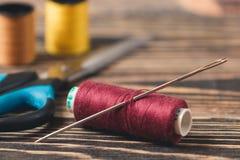 Fond de couture avec des fils et des ciseaux de couleur Photos libres de droits