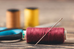 Fond de couture avec des fils et des ciseaux de couleur Photographie stock libre de droits