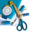 Fond de couture avec les fils, le mètre, les goupilles et les ciseaux de couleur Photos stock