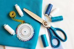Fond de couture avec les fils, le mètre, les goupilles et les ciseaux de couleur Image libre de droits