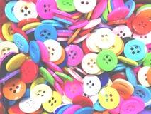 Fond de couture désordonné coloré de boutons avec la lumière molle photographie stock