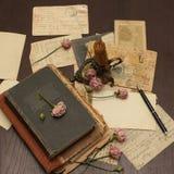 Fond de cru avec des livres, cartes postales, photo Photographie stock