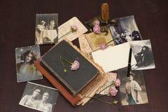 Fond de cru avec des livres, des cartes postales et la photo Images stock