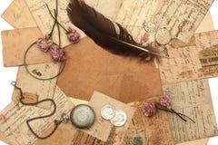 Fond de cru avec la vieilles montre et cartes postales Photos stock