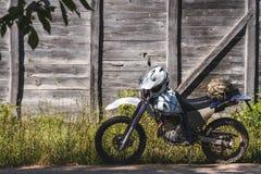 Fond de cru de vélo en bois outre du rétro enduro de route image libre de droits