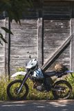 Fond de cru de vélo en bois outre du rétro enduro de route photographie stock libre de droits