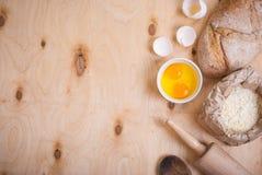 Fond de cuisson avec du pain, coquille d'oeuf, farine, goupille Image stock