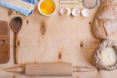 Fond de cuisson avec la planche à découper, coquille d'oeuf, farine, roulement p Photographie stock libre de droits