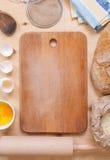 Fond de cuisson avec la planche à découper, coquille d'oeuf, farine, roulement p Image libre de droits