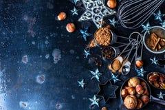 Fond de cuisson de Noël ingrédients, épices, écrous, coupeurs de biscuit, cônes, décoration images libres de droits