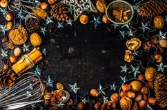 Fond de cuisson de Noël ingrédients, épices, écrous, coupeurs de biscuit, cônes, décoration photo libre de droits