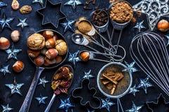 Fond de cuisson de Noël ingrédients, épices, écrous, coupeurs de biscuit, cônes, décoration images stock