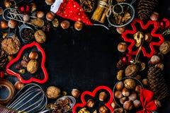 Fond de cuisson de Noël ingrédients, épices, écrous, coupeurs de biscuit, cônes, décoration photos libres de droits