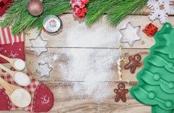 Fond de cuisson de gâteau de Noël avec l'espace de texte libre Ingrédients et outils pour faire - farine, arbre de Noël et roulem photographie stock