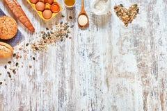 Fond de cuisson Mélange de pain frais et des ingrédients sur une table en bois Images stock