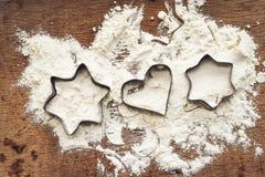 Fond de cuisson de Noël avec de la farine, coupeur de biscuit photos libres de droits