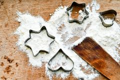 Fond de cuisson de Noël avec de la farine, coupeur de biscuit photographie stock libre de droits