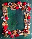 Fond de cuisson de Noël, biscuits sur les milieux en bois photographie stock libre de droits