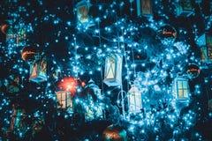 Fond de décoration d'arbre de Noël avec une guirlande rougeoyante Images libres de droits