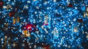 Fond de décoration d'arbre de Noël avec une guirlande rougeoyante illustration de vecteur