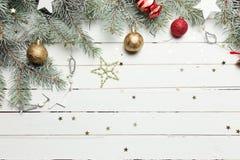 Fond de décoration de Noël ou de nouvelle année : branches de fourrure-arbre, boules en verre colorées et étoiles éclatantes sur  Photo libre de droits