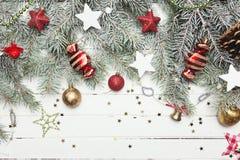 Fond de décoration de Noël ou de nouvelle année : branches de fourrure-arbre, boules en verre colorées et étoiles éclatantes sur  Images libres de droits