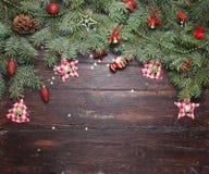 Fond de décoration de Noël ou de nouvelle année : branches de fourrure-arbre, boules en verre colorées et étoiles éclatantes sur  Photos stock