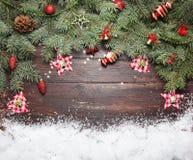 Fond de décoration de Noël ou de nouvelle année : branches de fourrure-arbre, boules en verre colorées et étoiles éclatantes sur  Image libre de droits