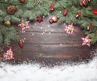 Fond de décoration de Noël ou de nouvelle année : branches de fourrure-arbre, boules en verre colorées et étoiles éclatantes sur  Photographie stock libre de droits