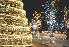 Fond de décoration de Noël avec rougeoyer d'or et bleu de lumières images stock