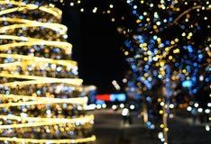Fond de décoration de Noël avec rougeoyer d'or et bleu de lumières photographie stock libre de droits