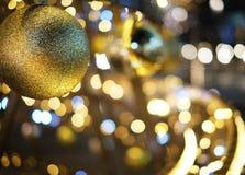 Fond de décoration de Noël avec rougeoyer d'or de lumières images libres de droits
