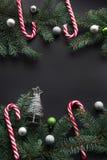 Fond de décoration de Noël ou de nouvelle année Branches d'arbre de sapin, sapin, sucrerie, boules colorées sur le fond noir avec Images libres de droits