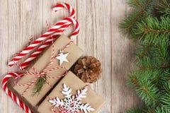 Fond de décorations de Noël ou de nouvelle année avec des cônes de pin, des branches de sapin, des boîte-cadeau et la sucrerie su image stock