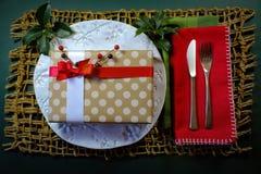 Fond de dîner de vacances de cadeau de Noël de point de polka avec le houx et les baies images stock