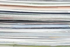 Fond de diff?rentes magazines empil?es, brochures, carnets, catalogues image libre de droits