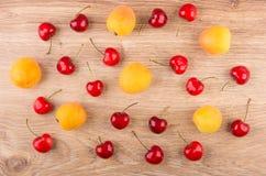 Fond de disperser sur les abricots mûrs de table et le cherr doux Photos stock