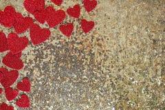 Fond de encadrement de paillette d'or de confettis scintillants rouges de coeur Photo stock
