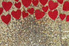Fond de encadrement de paillette d'or de confettis scintillants rouges de coeur Images libres de droits