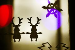 Fond de fête avec le flocon de neige et les cerfs communs pour des félicitations Noël et la nouvelle année image libre de droits