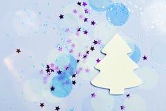 Fond de fête de bannière de Noël : arbre et confettis de Noël blanc avec le scintillement de scintillement et les étoiles image stock