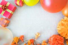 Fond de fête d'anniversaire avec le décor de fête, orange, jaune et images stock