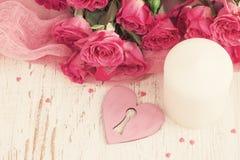 Fond de fête de jour du ` s de Valentine avec des roses et des coeurs le dessus luttent Photographie stock libre de droits