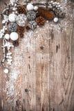 Fond de fête de Noël avec des boules de pinecone saluant Photographie stock libre de droits